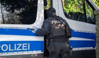 Polizisten fanden bei Razzien schwere Waffen und wurden bedroht (Symbolfoto) (Foto)