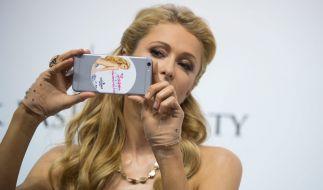 Paris Hilton zeigt sich im Netz oben ohne. (Foto)