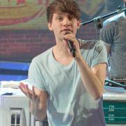Lukas Nimscheck ist Sänger der Band Deine Freunde. (Foto)
