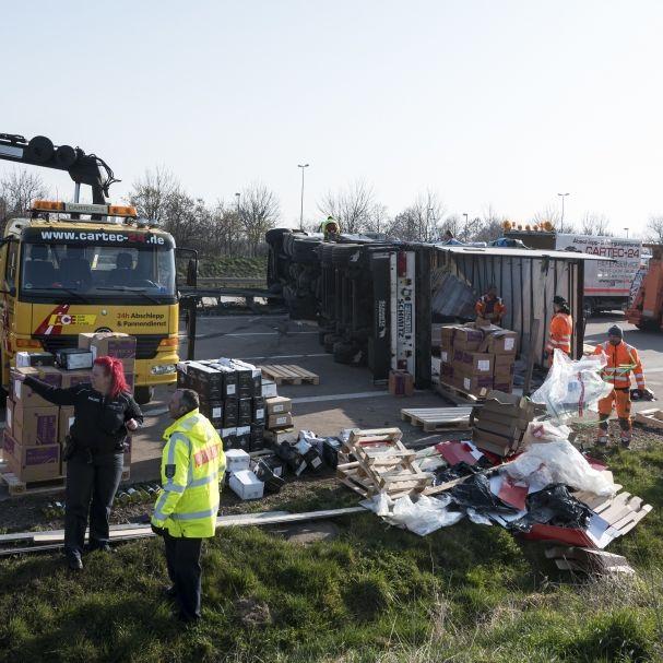 Lkw rast in Stau-Ende - Trucker zu Tode gequetscht (Foto)