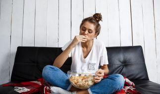 Faulenzen und snacken kann nach der Corona-Krise ernsthafte, gesundheitliche Folgen mit sich bringen. (Symbolfoto) (Foto)
