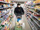 Ein Mann beim Einkaufen in Berlin. (Foto)