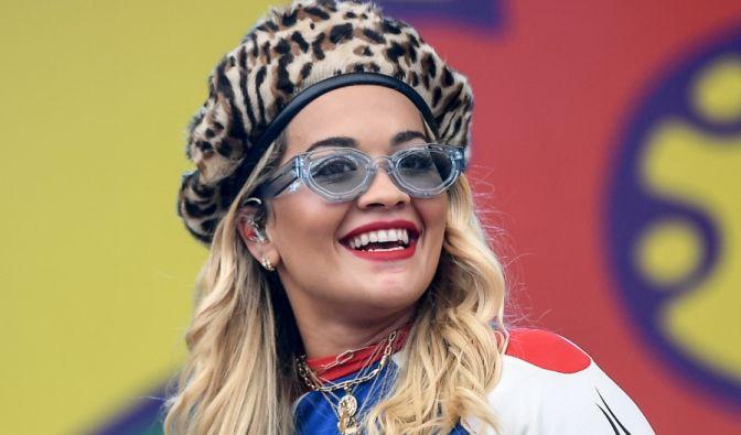 Rita Ora unten ohne