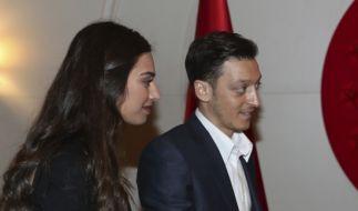 Amine Gülse mit ihrem Ehemann Mesut Özil. (Foto)