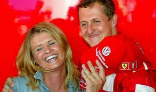 Michael Schumacher freudestrahlend mit seiner Ehefrau Corinna im Sommer 2002. (Foto)