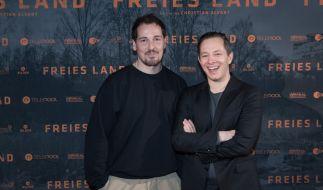 """Der Schauspieler Felix Kramer (links) bei der Premiere des Films """"Freies Land"""". (Foto)"""