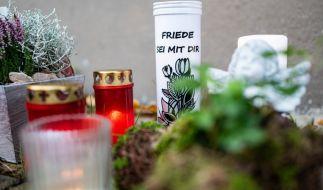 Anwohner von Detmold legten kurz nach dem Mord Kerzen und Kränze am Wohnhaus des ermordeten Dreijährigen nieder. (Foto)