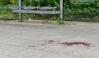 Blut ist am Boden einer Haltestelle zu sehen an der in der Nacht ein 14 Jahre alter Junge erstochen wurde. (Foto)