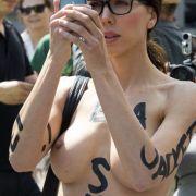 Hände hoch! Als nackter Bandido bedroht sie ihre Fans (Foto)