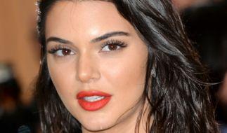 Kendall Jenner heizt Fans im knappen Mini-Bikini ein. (Foto)