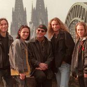 Alte Aufnahme (1997), aber aktuelle Besetzung:Stephan Brings (Bass, l-r), Harry Alfter (Gitarre), Christian Blüm (Drums) Peter Brings (Gesang) und Kai Engel (Tasteninstrumente) sind die Mitglieder der Band Brings. (Foto)