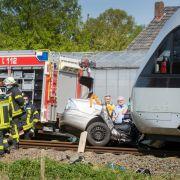 Auto von Zug erfasst und mitgeschleift - 3 Senioren tot (Foto)