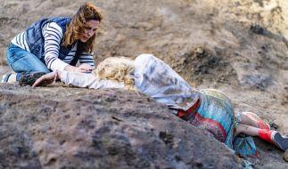 Katrin findet die schwer verletzte Maren. (Foto)