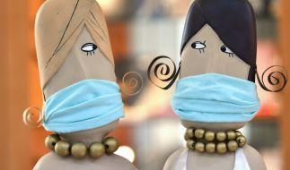 Um die Ausbreitung des Coronavirus einzudämmen, ist das Tragen von Schutzmasken Pflicht. (Foto)