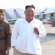 Putzmunter statt tot? Nordkoreas Machthaber wieder aufgetaucht (Foto)