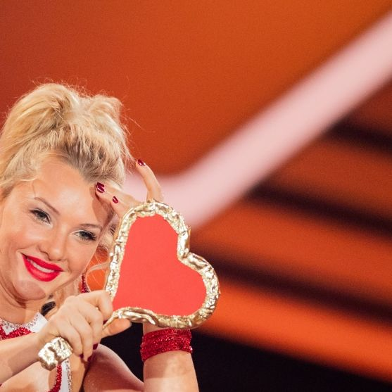 Praller Busen-Hammer! Als Lady in Red beglückte sie Guido Cantz (Foto)