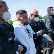Attila Hildmann wird von der Polizei abgeführt.