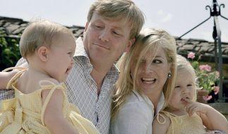 Kronprinz Willem-Alexander mit seiner Gattin Prinzessin Maxima und den Töchtern Prinzessin Alexia (l) und Catharina-Amalia (r) während der Sommerferien 2006. (Foto)