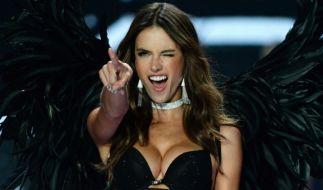 Auf Facebook verwöhnte das brasilianische Supermodel Alessandra Ambrosio seine Fans mit einem Oben-ohne-Foto am Strand (Foto)