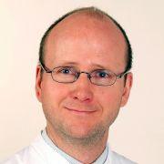 Prof. Dr. med. Eckard Hamelmann ist unter anderem Facharzt für Kinder- und Jugendmedizin, Kinder-Pneumologie, Allergologie und Infektiologie sowie Chefarzt der Klinik für Kinder- und Jugendmedizin am Evangelischen Klinikum Bethel