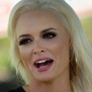 Bizarrer Busen-Schocker! HIER legt die Kult-Blondine ihre Brüste ab (Foto)