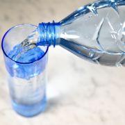 Uran und Bor im Wasser! DIESES Mineralwasser fällt gnadenlos durch (Foto)