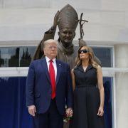 Mitten im US-Chaos! HIER fordert der US-Präsident Melania zum Lachen auf (Foto)