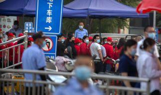 Polizisten sichern einen Fleischmarkt, der von den Behörden geschlossen wurde, nachdem bekannt wurde, dass ein Besucher des Marktes am Donnerstag positiv auf das Coronavirus getestet worden war. (Foto)
