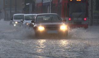 Der Deutsche Wetterdienst warnt auch am Sonntag vor schwerem Unwetter. (Foto)