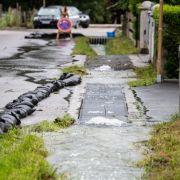 Land unter nach Starkregen! HIER herrschen Verkehrschaos und Überschwemmungen (Foto)
