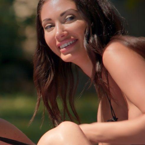 Underboob-Schocker! HIER sprengt es dem Netflix-Star fast den Bikini weg (Foto)