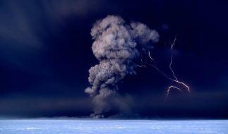 Der Vulkan Grimsvötn in Island spuckt in der Nacht vom 21.05.2011 Asche in den Himmel. Daneben ist ein Blitz zu sehen. Vor zwei Jahren wirbelte die Aschewolke eines Vulkanausbruchs den Flugverkehr durcheinander. (Foto)