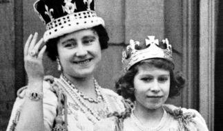 Elizabeth Bowes-Lyon, auch bekannt als Queen Mum, und ihre Tochter, die spätere Queen Elizabeth II., im Jahr 1937 auf dem Balkon des Buckingham Palasts. (Foto)