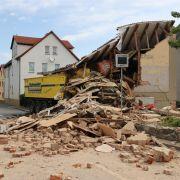 Horror-Crash! LKW fährt in Haus - Fahrer tot (Foto)