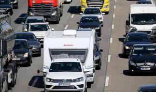 Wegen der Corona-Pandemie dürften in diesem Jahr mehr Menschen ihren Urlaub in Deutschland verbringen und somit auch die Autobahnen füllen (Foto)