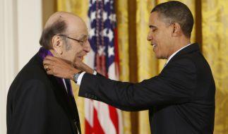 Milton Glaser (l.) - hier mit dem ehemaligen US-Präsidenten Barack Obama (r.) - ist im Alter von 91 Jahren gestorben. (Foto)