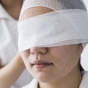 Hornhaut verätzt! Frau (24) erblindet durch selbstgemachtes Make-up (Foto)