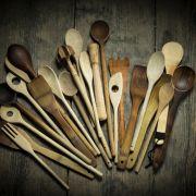 Holzlöffel sollte man gründlich reinigen. (Foto)