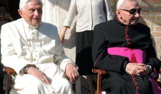 Georg Ratzinger (re.), der Bruder des emeritierten Papstes Benedikt XVI. (li.), ist im Alter von 96 Jahren gestorben. (Foto)