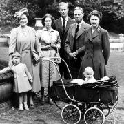 Sehnsuchtsziel Schottland: Die Royals lieben ihre Ferien auf Balmoral. Hier posiert die britische Königsfamilie im Sommer 1951 für den Fotografen.