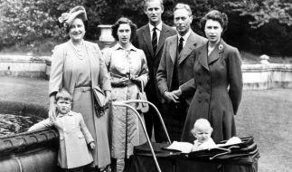 Sehnsuchtsziel Schottland: Die Royals lieben ihre Ferien auf Balmoral. Hier posiert die britische Königsfamilie im Sommer 1951 für den Fotografen. (Foto)