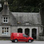 Die Post ist da! Auch auf Schloss Balmoral werden Queen Elizabeth II. Briefe zugestellt - allerdings muss der Postbote erst an den strengen Wachleuten vorbei.