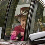 Wenn Queen Elizabeth II. in Schottland weilt, darf auch der sonntägliche Kirchgang nicht ausfallen. Hier besucht die Königin den Gottesdienst in der Crathie Kirk unweit von Balmoral.