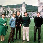 Die Königin und ihre Jungs: Queen Elizabeth II. neben Prinz Edward, Prinz Philip, Prinz Charles und Prinz Andrew (v.l.n.r.) im Herbst 1979 vor Schloss Balmoral.