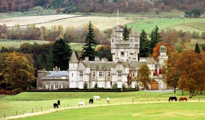 Royaler geht's kaum: Auf Schloss Balmoral in den schottischen Highlands verbringt Queen Elizabeth II. ihre Ferien am allerliebsten. (Foto)