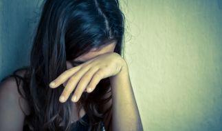 Eine Mutter soll ihre 12 Jahre alte Tochter auf Anweisung missbraucht haben. (Foto)