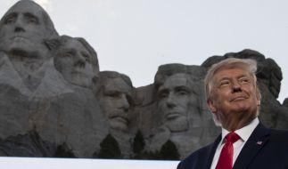 Donald Trump, Präsident der USA, lächelt am Denkmal Mount Rushmore (Foto)
