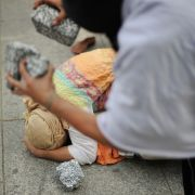 Mann steinigt Ehefrau (24) und verstümmelt ihre Leiche (Foto)