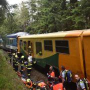 Rettungskräfte bergen die Opfer aus den Zügen.
