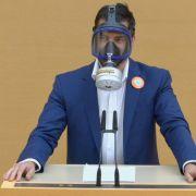 Geschmackloser Auftritt! AFD-Politiker schockt mit Gasmaske (Foto)